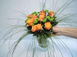 13. Ein leichtes rütteln an der Vase hilft den Blumen von selbst eine natürlich schöne Position zu finden