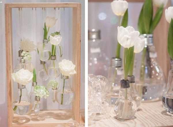 Glühbirnen als Vasen mit weißen Rosen und Tulpen