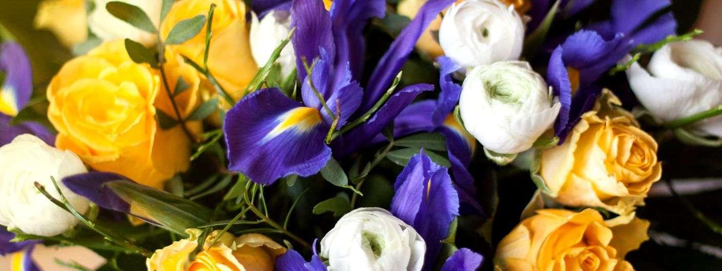 fr hlingsstrau einfach selbst gemacht mit iris rosen und ranunkeln blumigo. Black Bedroom Furniture Sets. Home Design Ideas