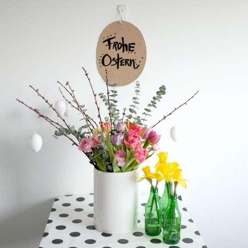 Frohe Ostern_Osterdeko aus frischen bunten Tulpen, Narzissen und Eukalyptus