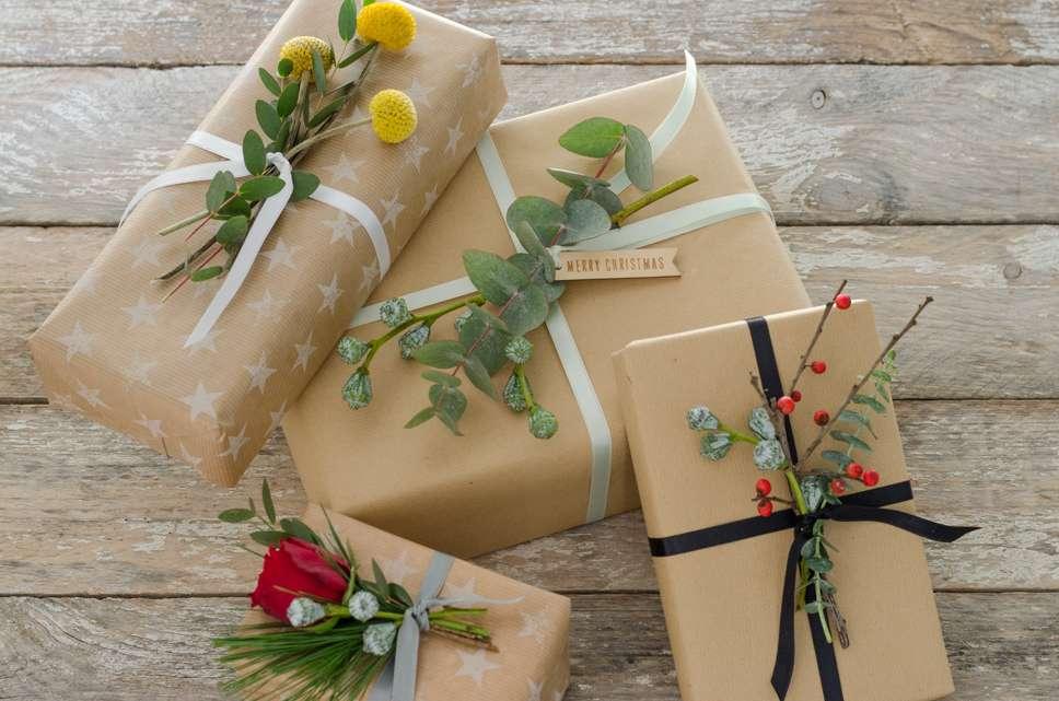 geschenke mit frischen blumen dekorieren eine diy anleitung f r weihnachten blumigo. Black Bedroom Furniture Sets. Home Design Ideas