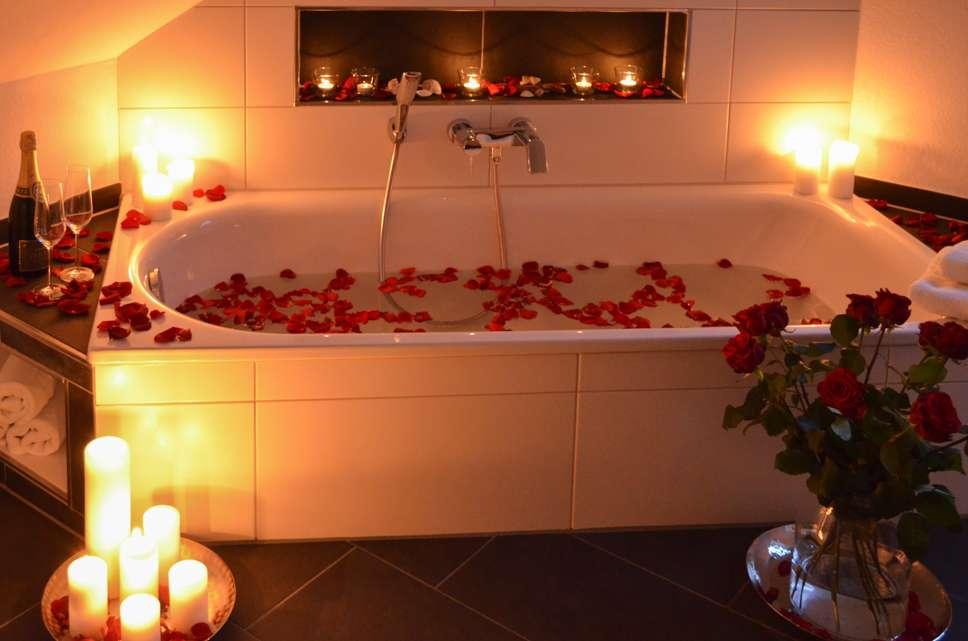 valentinstags idee ein romantisches bad mit echten rosenbl ten blumigo. Black Bedroom Furniture Sets. Home Design Ideas