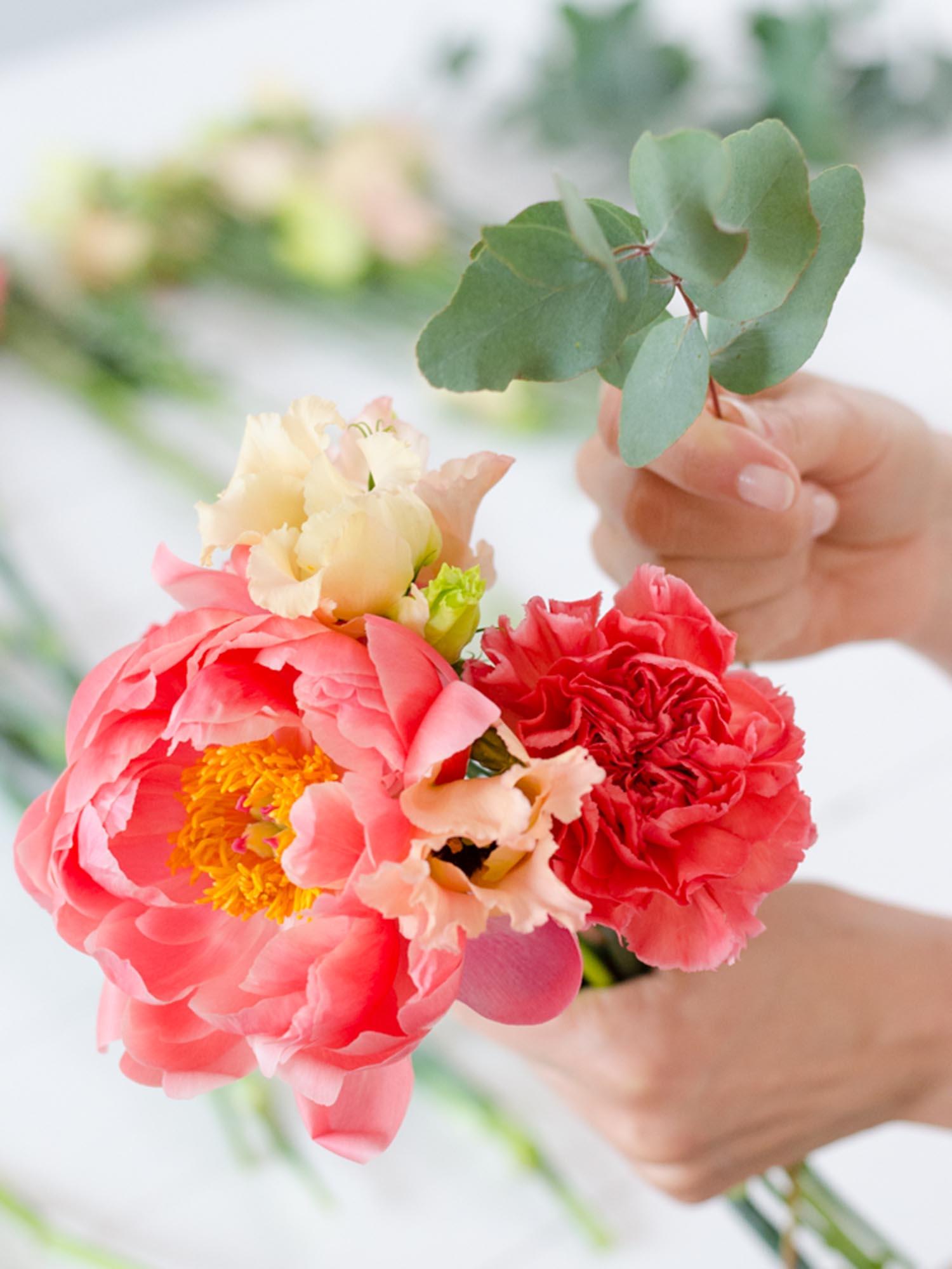 Coral Schnittblumen für einen Brautstrauß mit Eukalyptus und Pfingstrosen