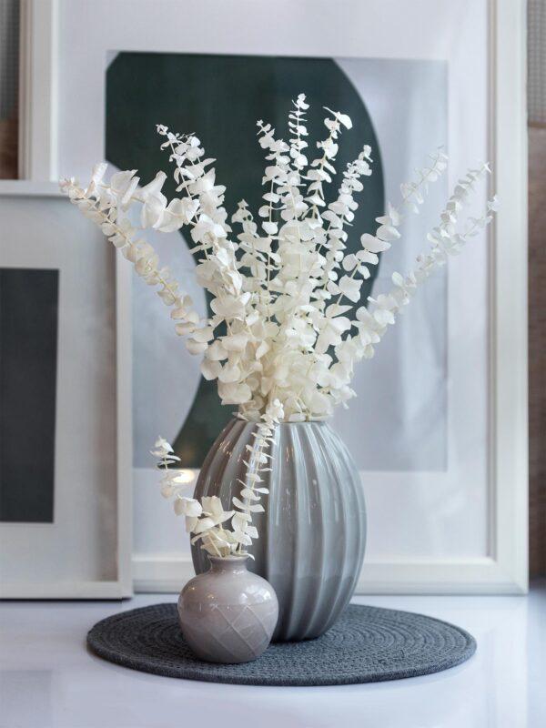 Milieu einer Vase mit Babyblue Eukalyptus getrocknet und gebleicht in Weiss