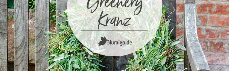 Greenery Kranz auf Holzbank