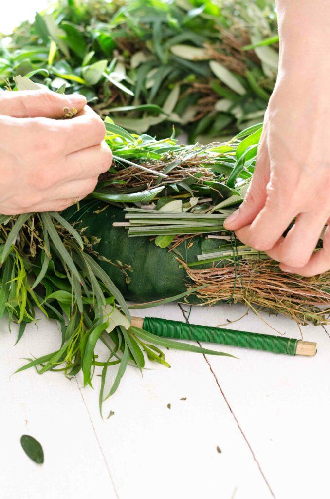 Greenery Kranz binden mit Olivenzweigen