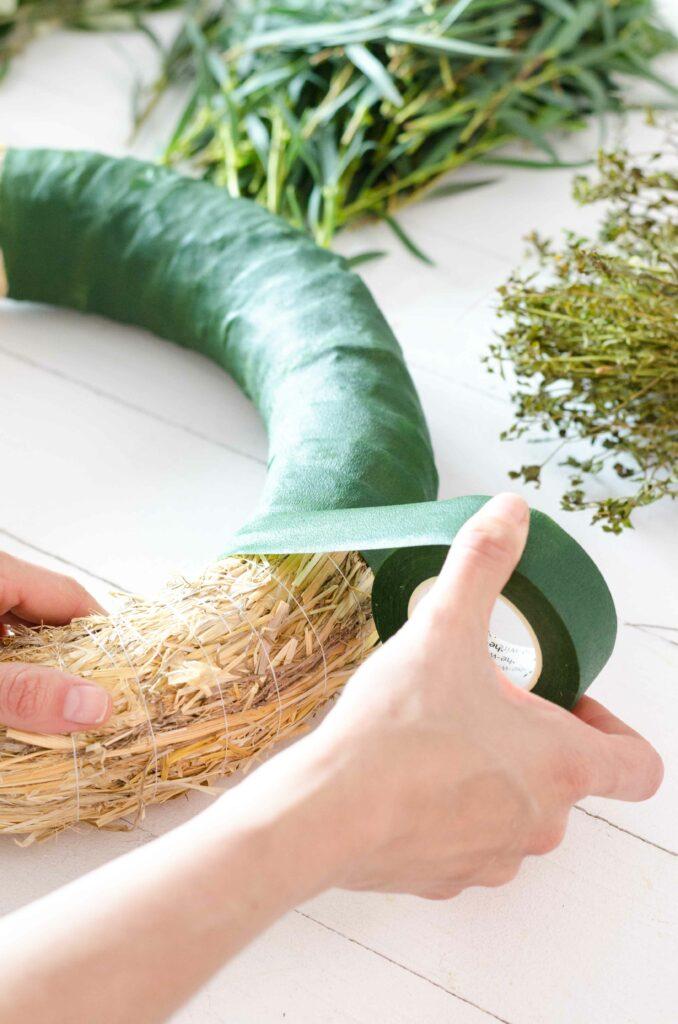 Floristentape um Strohrömer wickeln