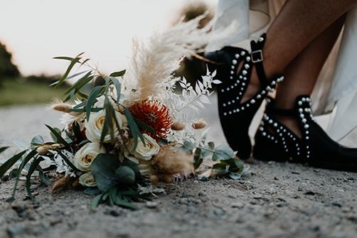 Schuhe im Boho Style mit Nieten und Brautstrauß