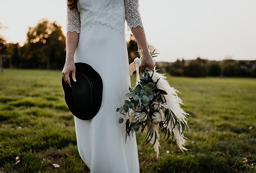 Brautkleid und Brautstrauß in Boho-Style