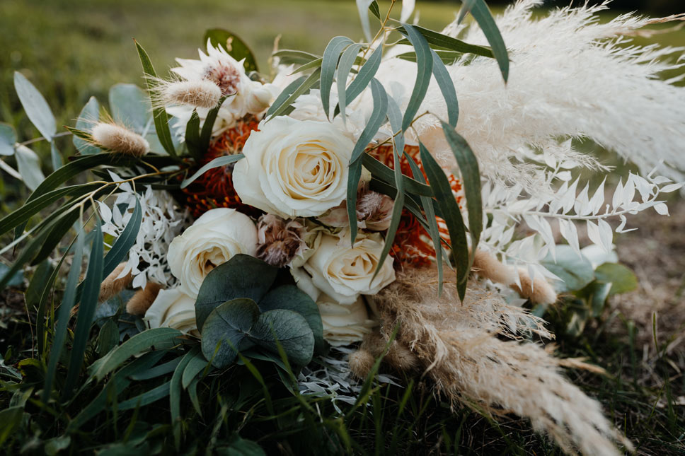 Brautstrauß mit weißen Rosen, Pampasgras, Eukalyptus, Olivenzweigen