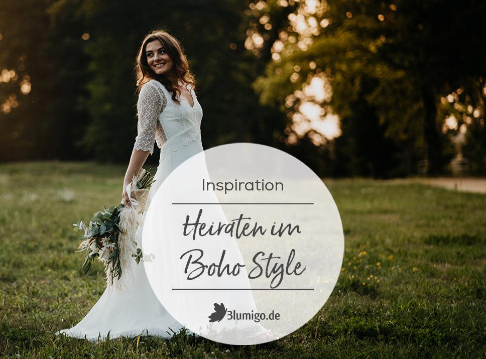 Braut im Boho Stil mit Hochzeitskleid und Brautstrauß aus Trockenblumen und Schnittblumen