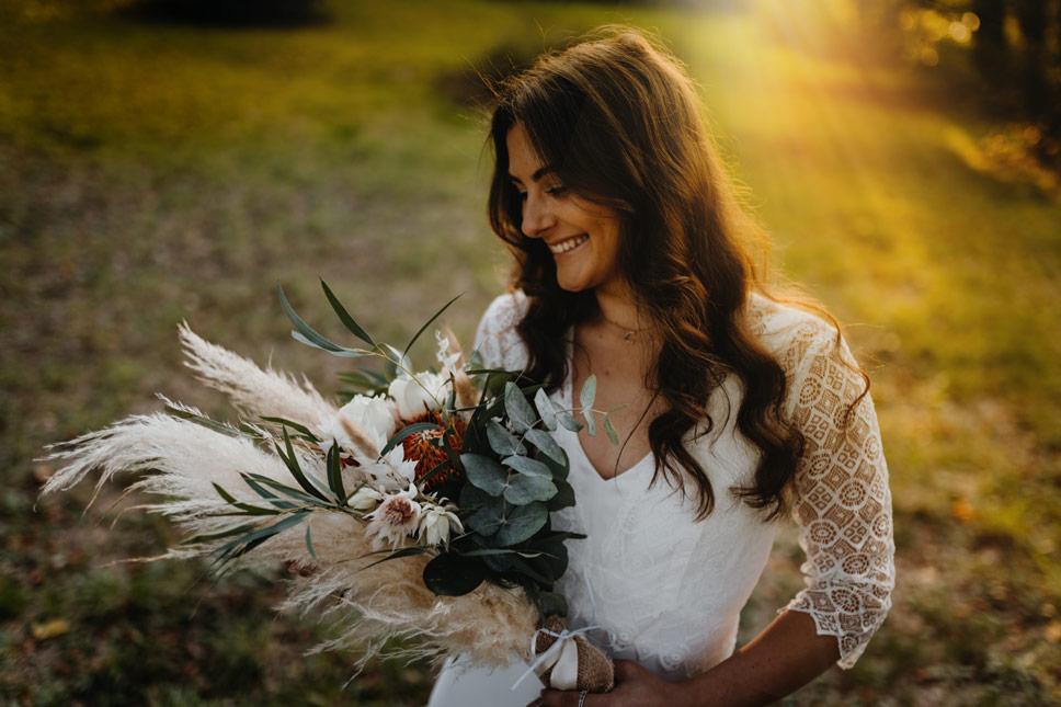 Braut mit Brautstrauß aus Trockenblumen und Schnittblumen