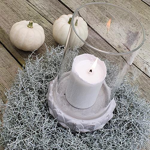 Weiß-grauer Herbstkranz aus Stacheldraht mit Baby Boo Kürbissen auf Holztisch