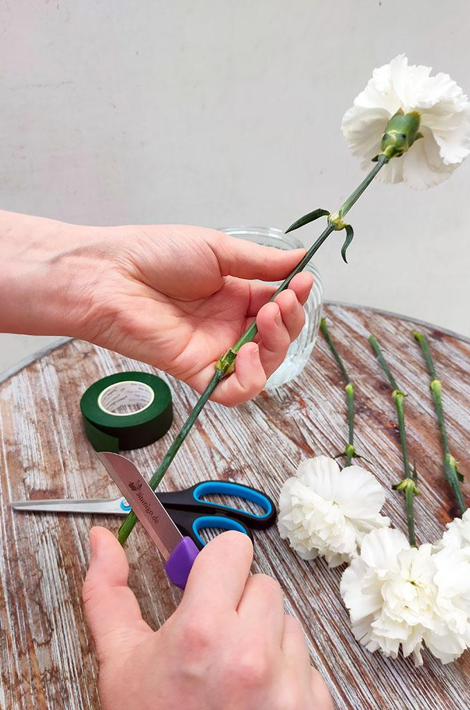 Nelken mit Blumenmesser schräg anschneiden