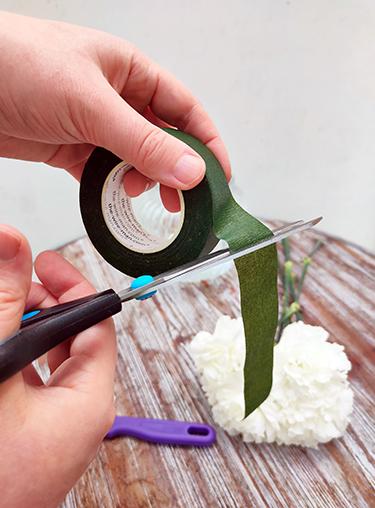 Floristentape mit Schere zurechtschneiden