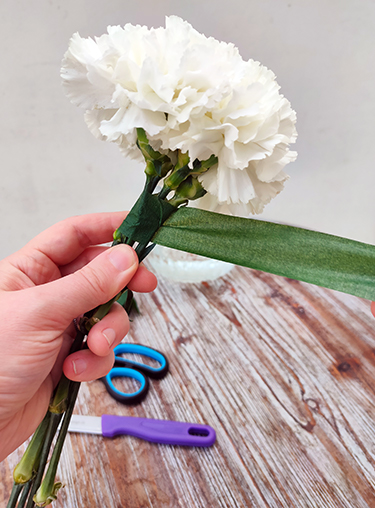 Nelkenköpfe mit Floristentape umwickeln