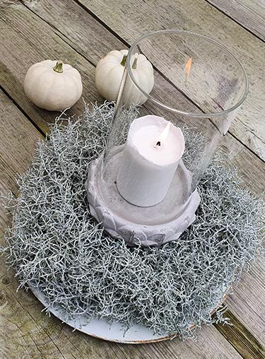 Herbstkranz aus Stacheldraht mit Kerze und Kürbissen
