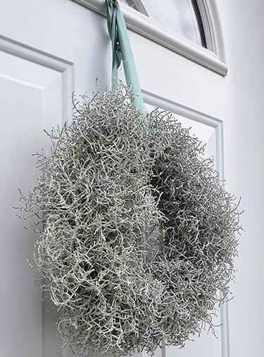 Stacheldrahtkranz an Haustür hängend